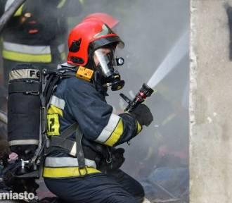 Pożar na ul. Sudoła w Oleśnicy. Na miejscu wóz strażacki z drabiną