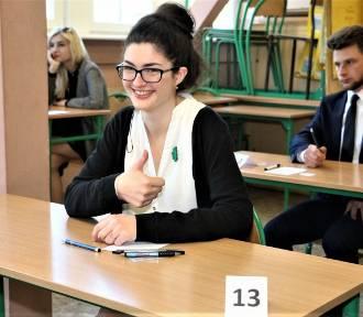 W Ekonomie 106 absolwentów pisze maturę z języka polskiego [ZDJĘCIA]