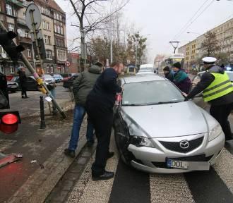 Wrocław. Groźnie wyglądający wypadek na ul. Jedności Narodowej. Auto uderzyło w słup [ZDJĘCIA]