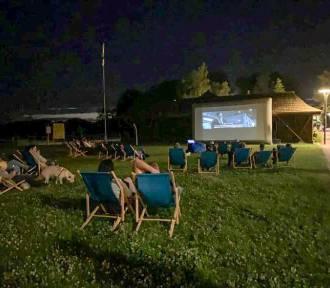 Letnie Kino w piątkowy wieczór w pniewskich Łazienkach