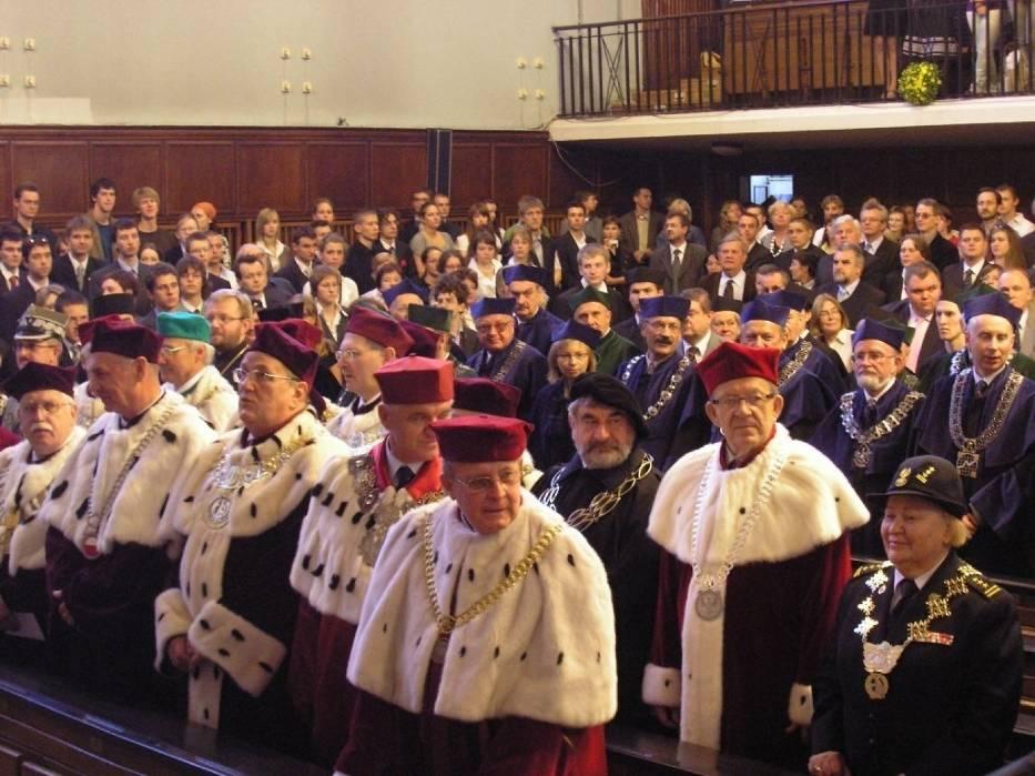 Na pierwszym planie grono rektorów polskich uczelni, w tle senatorowie UW