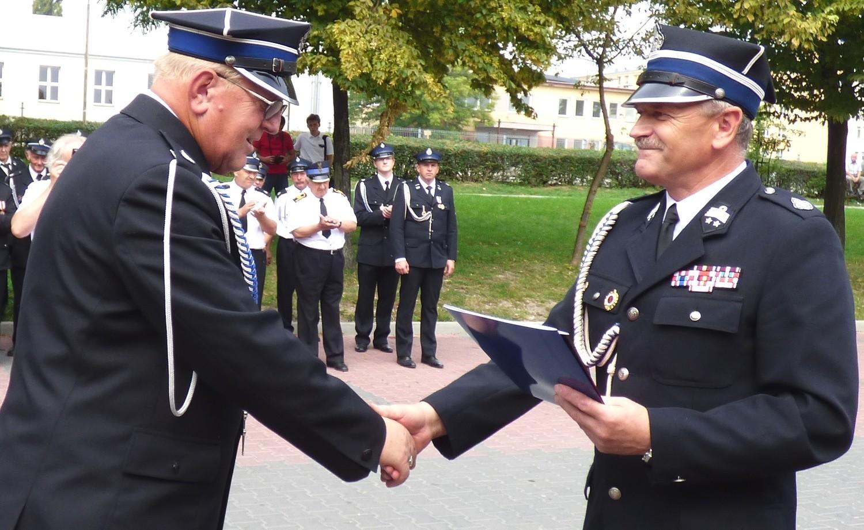 Gratulacje z okazji jubileuszu 120-lecia na ręce prezesa jednostki Jerzego Oknińskiego (z lewej) złożył starosta buski Jerzy Kolarz