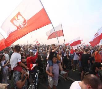 """Godzina """"W"""", Warszawa 2019. Całe miasto stanęło, by upamiętnić 75. rocznicę wybuchu Powstania"""