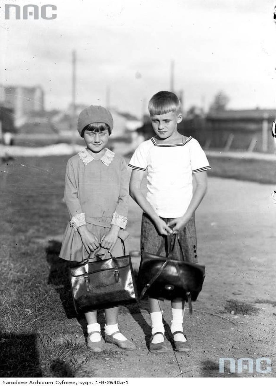 Dzieci z tornistrami w dniu rozpoczęcia roku szkolnego, 1930-08.