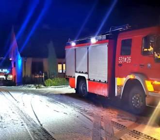 Nocny alarm strażaków do płonących sadzy w przewodzie kominowym domu mieszkalnego