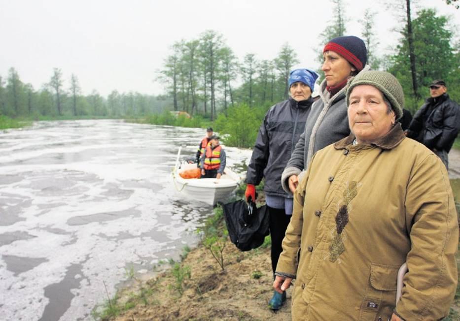 Mieszkańcy Rożenka (powiat piotrkowski) nad gwałtownie przybierającą rzeką Czarną, która ostatecznie przelała się przez tamę, a jej wody podtopiły m
