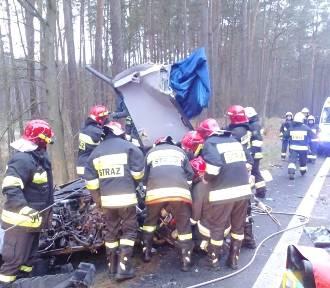Na drodze z Piły do Chodzieży zginął 22-latek! Zobacz zdjęcia przesłane przez strażaków