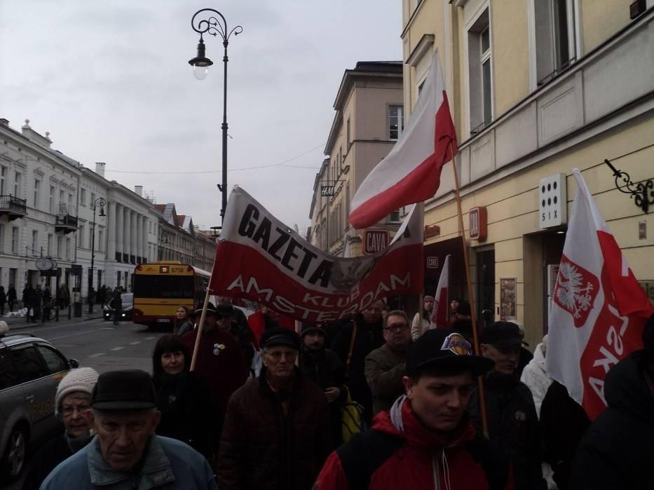 Manifestanci mieli biało-czerwone flagi, widać było też transparenty Klubów Gazety Polskiej i Solidarnych 2010