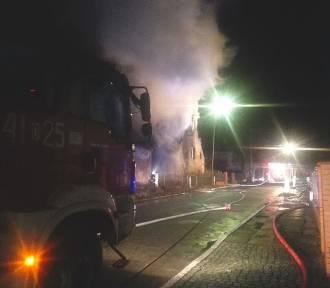 Wielki pożar domu jednorodzinnego pod Wrocławiem. Ogień pojawił się nad ranem [ZDJĘCIA]