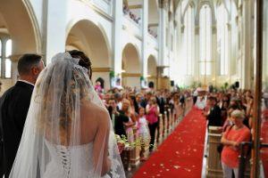 Nazwa miesiąca, w którym zawierany jest ślub, powinna zawierać literę...