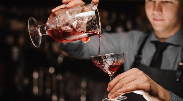 Jaki z ciebie barman? Czy wiesz, co zawierają najsłynniejsze drinki i cocktaile? QUIZ