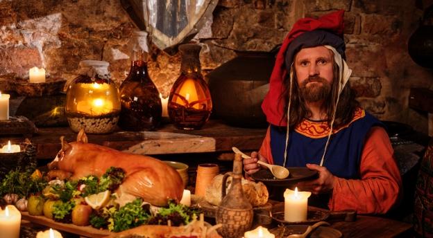 Czy Kazimierz Wielki mógł jesć frytki? Sprawdź, czy wiesz jak jadano w przeszłości! QUIZ
