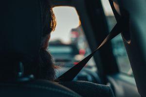 W trakcie jazdy taksówkarz może: