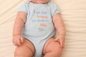 Widoczny na zdjęciu niemowlak ubrany jest w...
