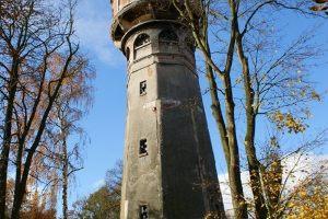 W którym roku rozpoczęła się budowa wieży ciśnień w Nowym Dworze Gdańskim?