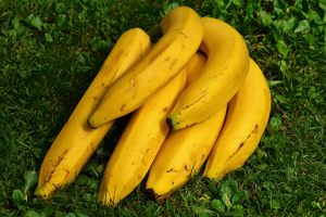 Masz świeżą kiść bananów? Uważaj, jak je przechowujesz! Szybciej sczernieją, jeśli będą leżały obok…
