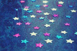 <p>Tyle samo słońca co gwiazd</p><p>W świetle nocy i w mroku miast</p><p>Niosą miłość między nami</p><p>Zakochani są wśród nas.</p>