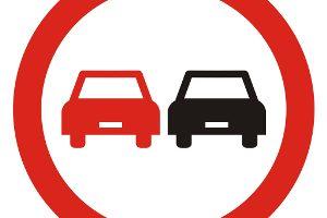 Którego z wymienionych pojazdów nie możesz wyprzedzić kierując motocyklem na drodze za tym znakiem?