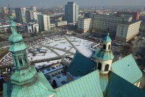 Wieżyczki, które widać na pierwszym planie zdjęcia znajdują się na kościele: