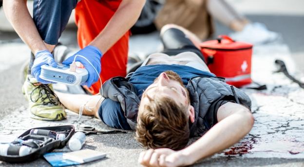 Czy wiesz, jak pomóc ofierze wypadku? Pytania z testu na prawo jazdy.