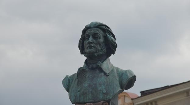 Spacerkiem po Tarnowie. Czy poznajesz postacie z pomników? [QUIZ]